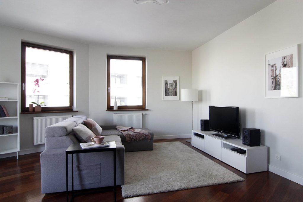 Home staging beżowego salonu w mieszkaniu w Warszawie
