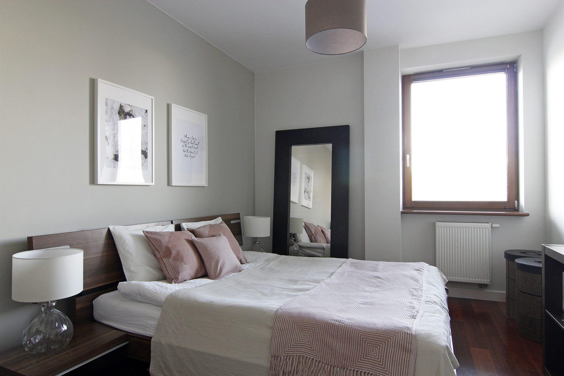 Home staging brązowej sypialni w mieszkaniu w Warszawie