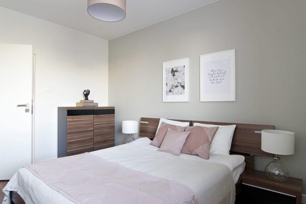 Home staging beżowej sypialni w mieszkaniu w Warszawie